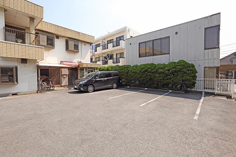 駐車場(5台のスペースあり)